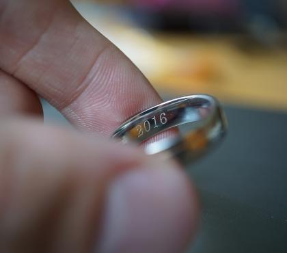 obrączka między palcami